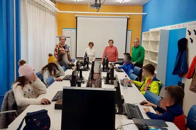 Niños y mayores en el taller del Centro de Día de Mayores de Béjar
