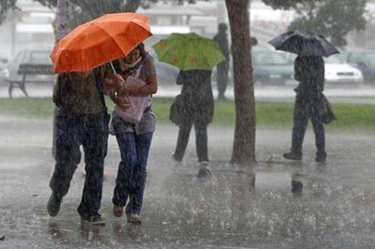 Dos personas bajo una paraguas