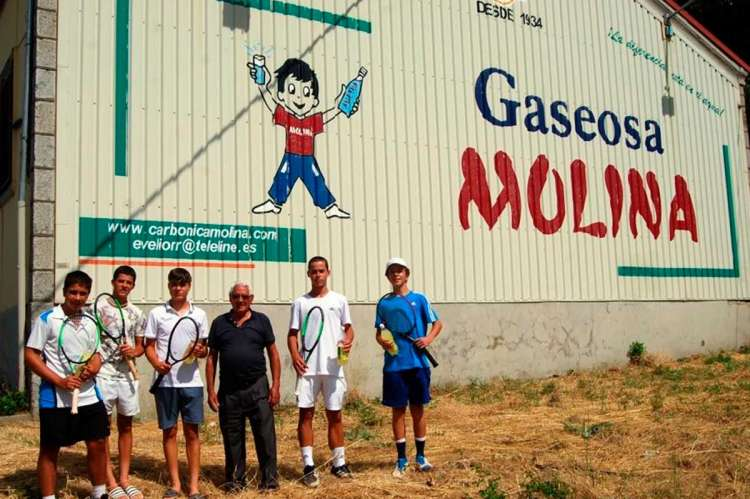Jóvenes tenistas frente a Gaseosas Molina en Béjar