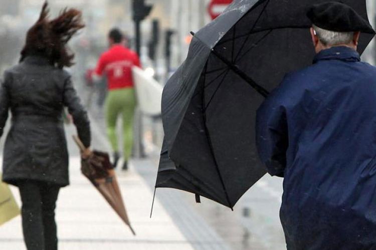 Ciudadanos caminando por la calle en una de las últimas tormentas registradas