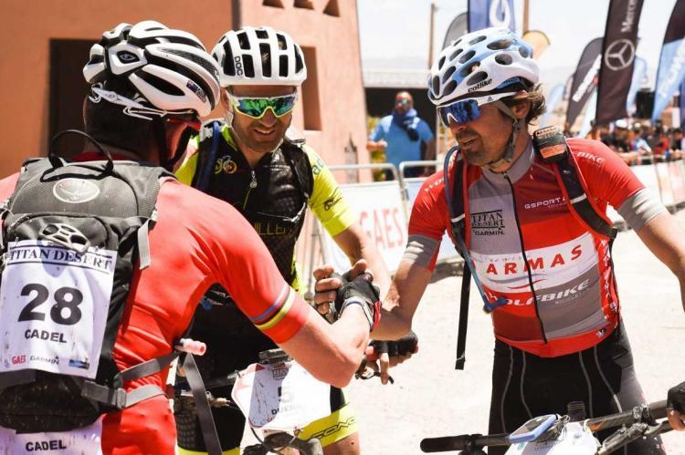 Moisés Dueñas junto a Cadel Evans y Josep Betalú.