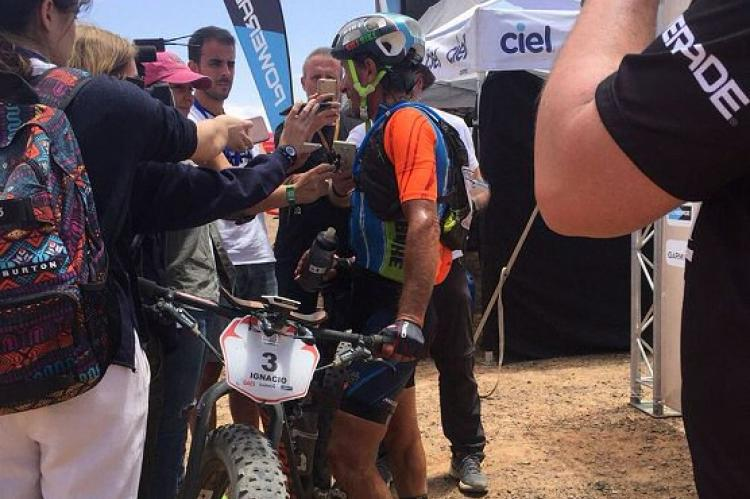 Ignacio Gili en el centro de la imagen, ganador tercera etapa Titan Desert 2018