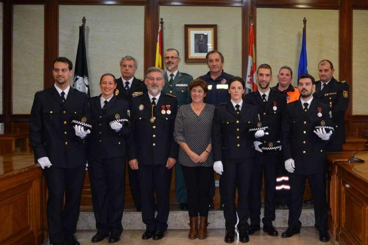 Los nuevos agentes de Policía Local junto al resto de autoridades presentes