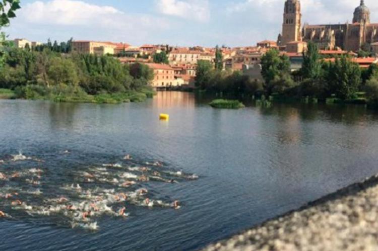 Imagen de triatlon con fondo de la ciudad de Salamanca