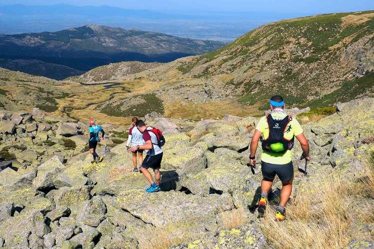 Varios corredores descendiendo entre piedras en una edición anterior del Ultrail La Covatilla