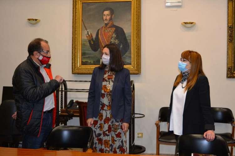 Dos mujeres y un hombre en el interior de una sala