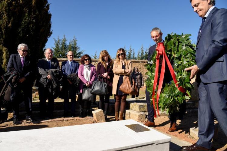 El rector de la Universidad de Salamanca y el alcalde de Salamanca colocan una ofrenda floral en la sepultura de Pedro Dorado Montero en el Cementerio de Salamanca