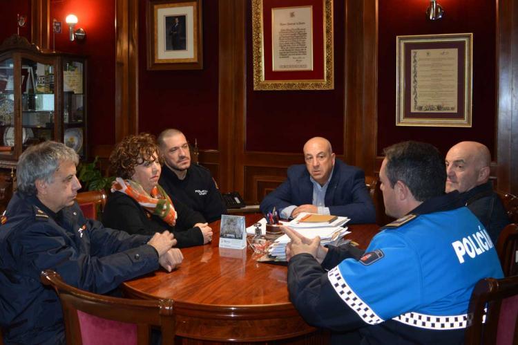 Reunión en el ayuntamiento con el comisario provincial de la Policía Nacional