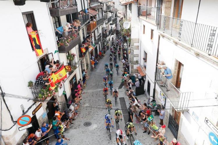 Pelotón ciclista pasando por Candelario