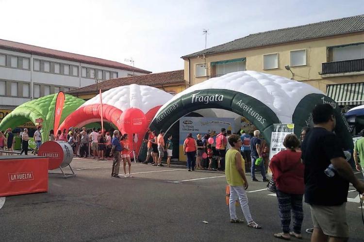 Stands promocionales de la Vuelta Ciclista en la plaza de Santa Teresa