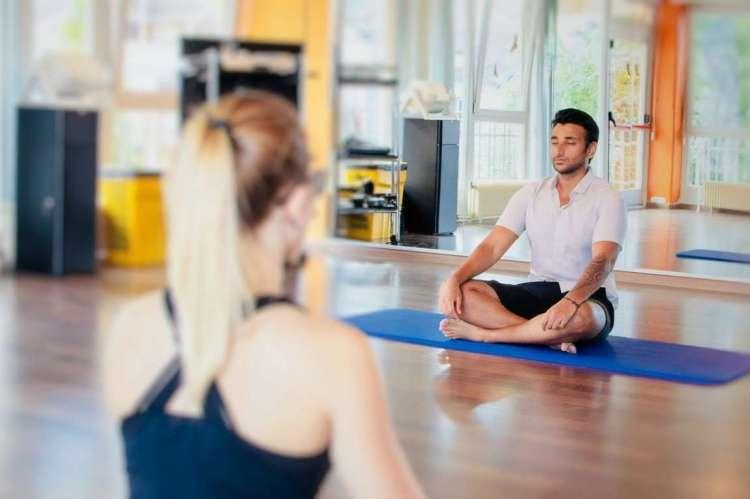 Dos personas practicando Yoga.