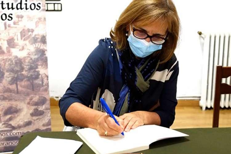Mujer firmando libro