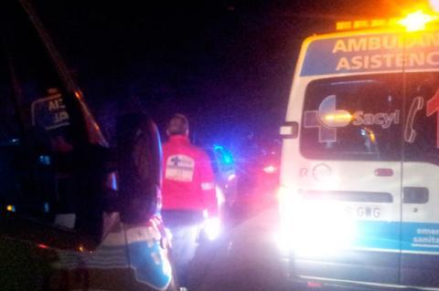 Servicios de emergencia en un accidente . ARCHIVO