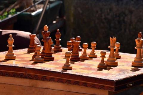 Tablero de ajedrez con fichas de madera