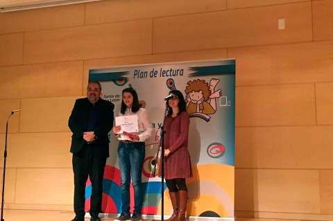 Ana Ballesteros recogiendo el premio del Certamen de Lectura en público