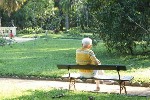 Anciano sentado en un banco de parque