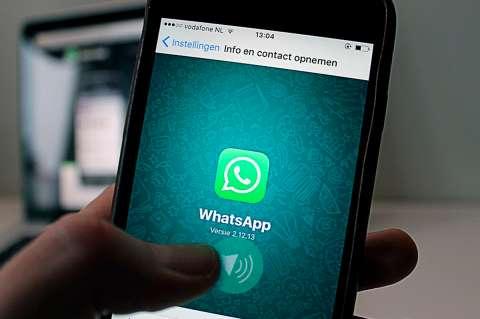 Telefono activando un audio de whatsapp