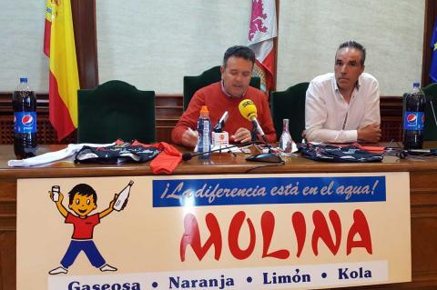 Raúl Hernández y José Antonio del Álamo en el salón de plenos del ayuntamiento presentando la marcah Bedelalsa