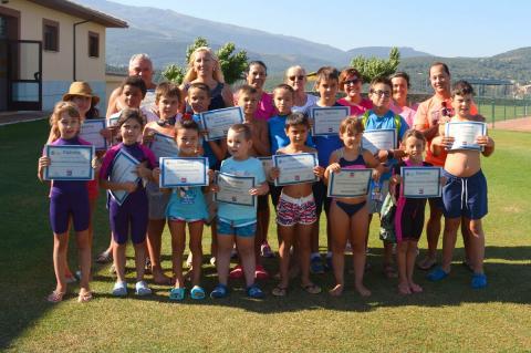 Mª del Castañar Rodilla y Ricardo Barroso (Monitor del curso) junto a los niños participantes en los cursos de natación