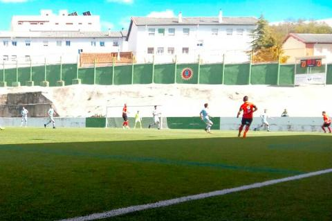 Primeros instantes del partido entre el Béjar Industrial y Santa Marta