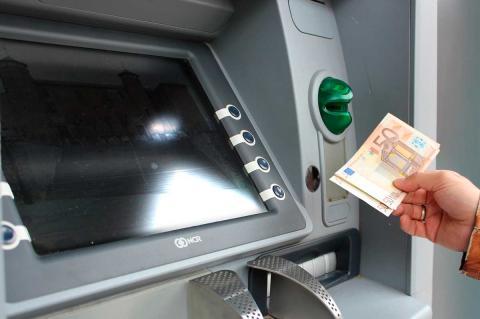 Cajero automático con Palacio Ducal en la pantalla