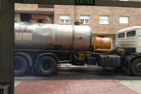 Camión de asfaltado frente a la puerta del hospital de Béjar