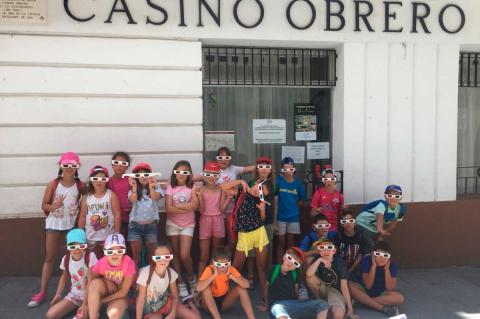 Niños a la puerta del Casino Obrero