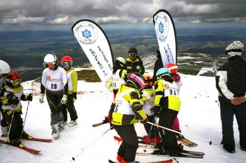Esquiadores del Club de Esquí La Covatilla