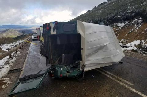 Land Rover siniestrado en la carretera de acceso a La Covatilla