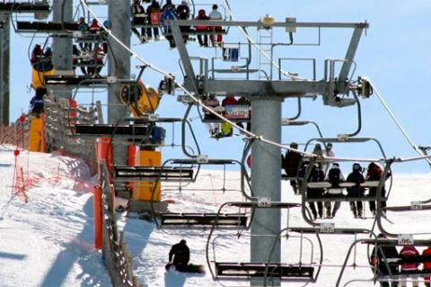 Esquiadores en el telesilla de La Covatilla