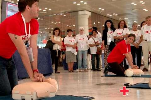 Miembros de Cruz Roja realizando tareas de reanimación durante un curso
