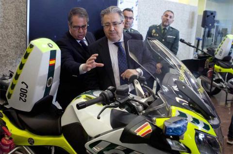 Ministro Zoido junto a una de las nuevas motos que pondrá en funcionamiento la DGT