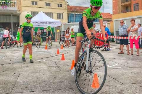 Corredores de la Escuela de Ciclismo Bejarana durante la Gymkana disputada en Guijuelo