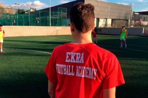 Jugador de Ekra de espaldas