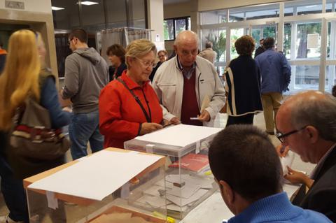 Votantes frente a una urna electoral en Béjar