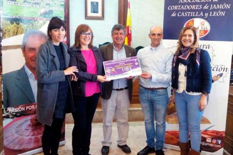 Entrega del cheque a la la asociación de familiares de enfermos de Alzheimer