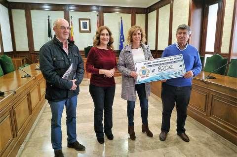 Alejo Riñones, Purificación Pozo y Alejandro Romero junto a la responsable de la Asociación Nen mostrando el cheque