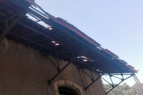 Techado en mal estado de una de las naves de la estación del tren de Béjar
