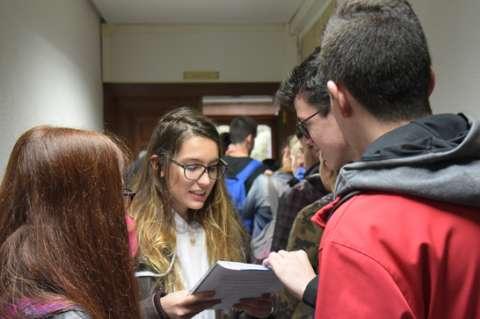 Estudiantes en los pasillos. Imagen USAL