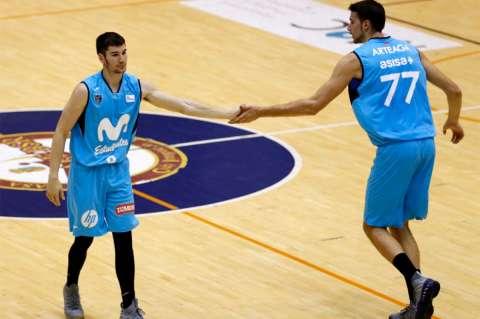 Dos jugadores del Estudiantes Movistar en la cancha