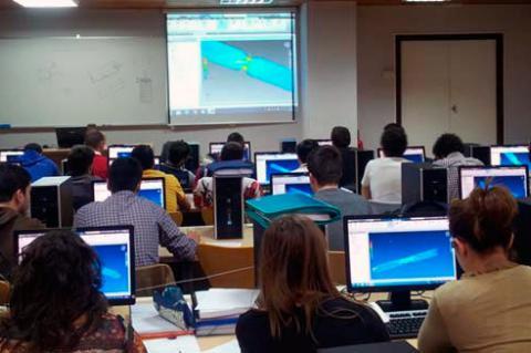 Alumnos en clase frente a ordenadores