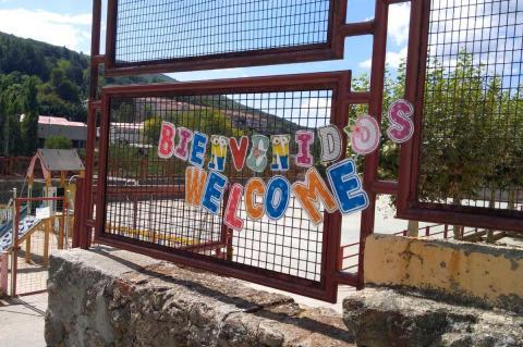 """Cartel """"Bienvenidos. Welcome"""" colocado a la puerta del colegio Filiberto Villalobos de Béjar"""