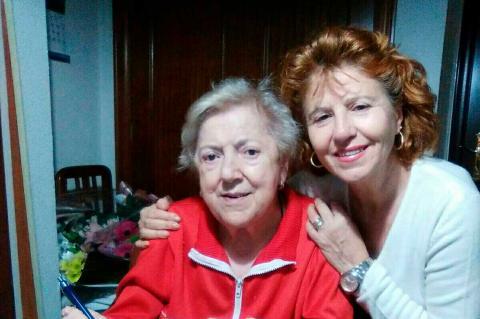 Margarita y Carmen Carpio durante la firma del contrato de alquiler