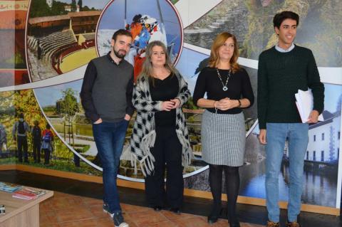 Nuevos gestores de la oficina de Turismo junto a los concejales