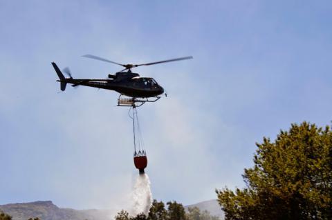 Helicoptero durante las tareas de extinción de un incendio