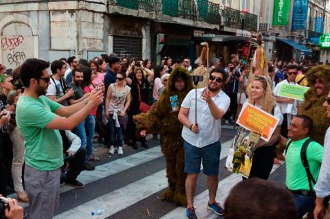 Hombres de Musgo desfilando por las calles de Lisboa