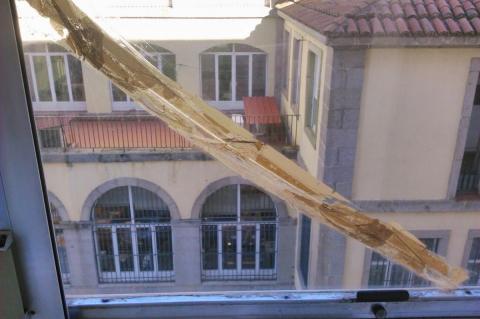 Crital de ventana roto en el Hospital Virgen del Castañar