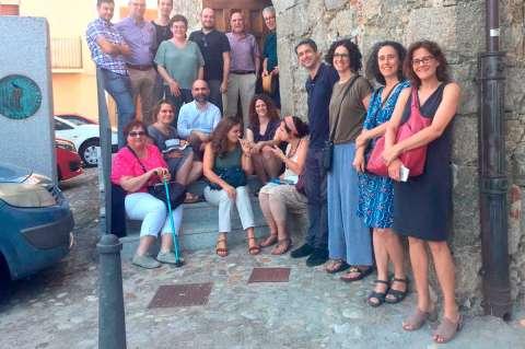 Comitiva a la puerta del Museo Judío