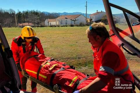 Miembros del Grupo de Rescate de Protección Civil auxilian al  un varón lesionado en la ruta de subida a las ruinas del castillo viejo de Valero