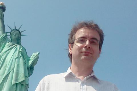 El autor junto a la Estatua de la Libertad